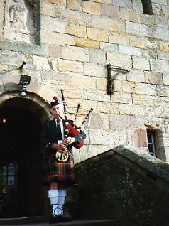 Bagpiper ar Borthwick Castle in Scotland