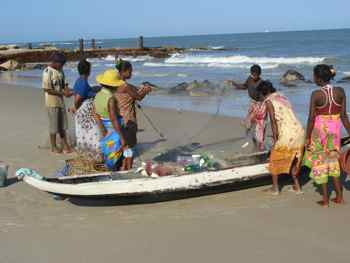 Fishermen return to Madagascar beach
